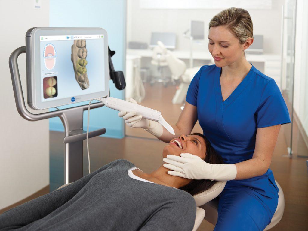 Assistant-scanning-patient_1280